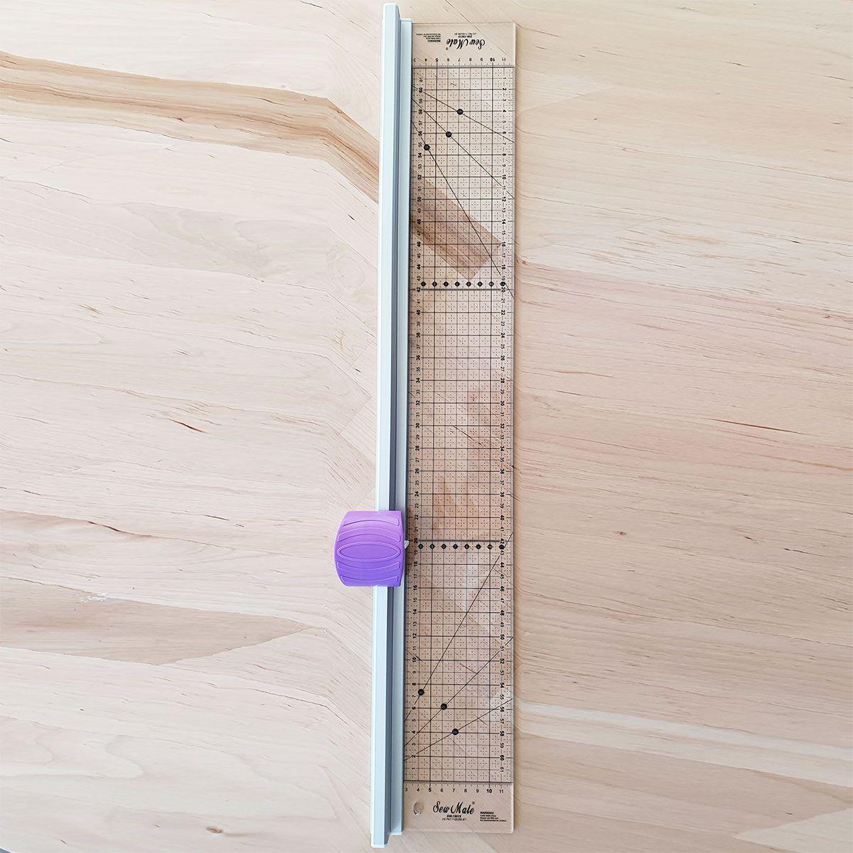 Combiné cutter rotatif et règle transparente